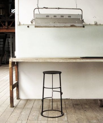 Black_bar_stool_01